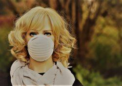 Frau mit Maske