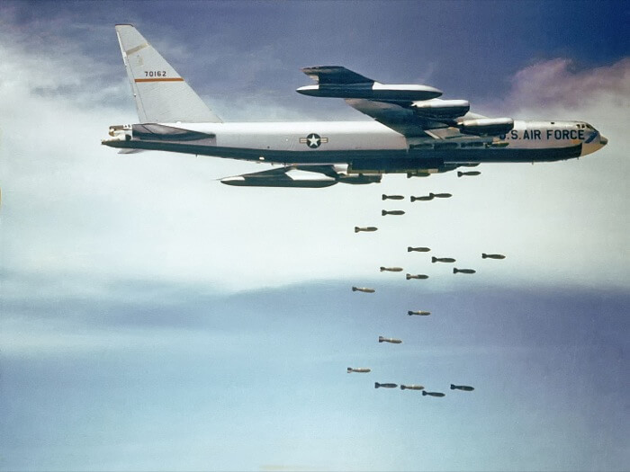 Boeing_B-52_dropping_bombs_gemeinfrei